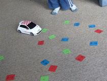 Jede Reihe hat eine andere Farbe, spielerisch gelernt am Boden