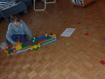 Hier hat er ein Legoschiff selber gebaut und übt das 10er 1x1