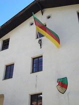 Fahne und Wappen am Verbindungshaus der Akademischen Burschenschaft Brixia in St. Nikolaus, Stadtgemeinde Innsbruck, Innstraße 18. Digitalphoto; © Johann G. Mairhofer 2013.  Inv.-Nr. 1DSC06866