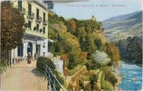"""Beginn der Gilfpromenade beim Café """"Gilf"""" an der Passer in Meran. Photochromdruck 9 x 14 cm; Impressum: Joh(ann). F(ilibert). Amonn, Bozen 1909.  Inv.-Nr. vu914pcd00104"""