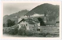 Stadtmauer von Lienz an der Isel mit dem Ansitz ANGERBURG (hinter dem Wohnhaus im Vordergrund). Gelatinesilberabzug 9x14cm; Anonymus/-a um 1960. Inv.-Nr. vu914gs00524