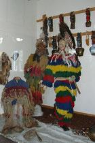 """Figurinen zur musealen Präsentation von Fastnachtsfiguren der """"Zottler"""" im Museum vom Haus des Gastes in Igls, Stadtgemeinde Innsbruck. Digitalphoto; © Johann G. Mairhofer 2014.  Inv.-Nr. 2DSC01424"""