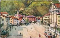 Franz-Joseph-Platz (heute: Grieser Platz) in der ehem. Marktgemeinde Gries (1849-1925) mit Haltestelle der Grieser Linie der Bozner Straßenbahn. Farbautotypie 9 x 14 cm; Impressum: Sormani, Milano um 1925.  Inv.-Nr. vu914fat00022