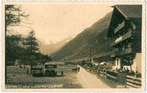 """Gasthof """"Gschnitzer Hof"""" in Gschnitz, Endstation der Gschnitztaler Postautolinie. Gelatinesilberabzug 9x14cm; Much Heiss, Innsbruck um 1930.  Inv.-Nr. vu914gs00158"""