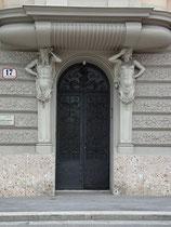 Hermenpilaster mit Atlanten in pathetischer Pose am Portal vom Haus Sonnenburgstraße Nr. 17 in Innsbruck-Wilten. Digitalphoto; © Johann G. Mairhofer 2011.  Inv.-Nr. DSC01527
