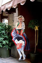 Werbeständer (Life Size Cardboard Cutout Standup) mit Marilyn Monroe im Dirndl in Lebensgröße vor einem Trachtengeschäft in der Altstadt von Brixen. Farbdiapositiv 24 x 36 mm; © Johann G. Mairhofer 1989.