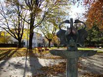 Trinkwasserbrunnen im Grüngürtel Reichenau West in Innsbruck zwischen Hirschberggasse und Radetzkystraße, im Hintergrund das Ärztehaus mit Reichenauer Apotheke, Gutshofweg 2. Digitalphoto; © Johann G. Mairhofer 2011.  Inv.-Nr. 1DSC02329