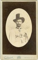 Feldmarschall Ehzg. Eugen von Österreich-Teschen (1863-1954), letzter weltlicher Hochmeister des Deutschen Ordens (1894−1923). Albuminabzug auf Untersatzkarton  12,4 x 19,3 cm (Boudoir), F. Largajolli, Bozen um 1890. Inv.-Nr. VU-BOU-MI-SD-00002