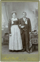 Brautpaar aus bäuerlichem Milieu aus Kitzbühel oder Umgebung. Gelatinesilberabzug auf Untersatzkarton 16,6 x 10,8 cm (Cabinetformat). Impressum: Josef Herold, Kitzbühel um 1907. Inv.-Nr. vuCAB-00162