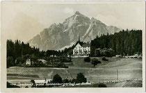 """Hotel """"Sonnenburgerhof"""" an der Brennerstraße, Innsbruck-Wilten (heute Wohnanlage) und die SERLES (2.717m ü.A.). Gelatinesilberabzug 9 x 14 cm; Hochalpiner Kunstverlag Sepp Ritzer & Therese Agnes Kofler, Innsbruck um 1930.  Inv.-Nr. vu914gs00674"""