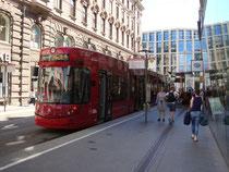 Halt eines Triebwagens Bombardier der Linie 3 der Innsbrucker Verkehrsbetriebe (IVB) in der Anichstraße vor Einmündung in die Maria-Theresien-Straße auf der Fahrt zum Hauptbahnhof. Digitalphoto; © Johann G. Mairhofer 2016.  Inv.-Nr. 2DSC05162