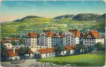 Neue Artilleriekaserne, heute Mittelschule Oswald von Wolkenstein in Brixen am Eisack, Gef. Grafsch. Tirol, Kaisertum Österreich (seit 1919 Südtirol/Italien). Photochromdruck 9 x 14 cm; Impressum: Gerstenberger & Müller, Bozen 1913.  Inv.-Nr. vu914pcd0028