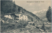 """Schwefel- und Mineralbad """"Bärenbad"""", vom 16. Jh. bis 1958 Kurbetrieb im Oberbergtal, Gemeinde Neustift im Stubai, Bzk. Innsbruck-Land, Tirol ( heute Alpengasthaus """"Alt Bärnbad""""). Lichtdruck 9 x 14 cm; K. Redlich, Innsbruck 1909.  Inv.-Nr. vu914ld00336"""