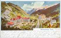 """Im Heimatstil errichtetes Hotel """"Brennerbad"""" mit Parkanlagen (1922 abgebrannt) an der Brennerbahn von Süden. Farbautotypie 9 x 14 cm nach Original eines anonymen Künstlers; postalisch befördert 1904.  Inv.-Nr. vu914fat00025"""