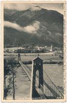 """Hängebrücke """"Stamser Steg"""" (eröffnet 1935) über den Inn von Mieming gegen Stams, Bzk. Imst, Tirol aus aufgenommen. Gelatinesilberabzug 9 x 14 cm; Impressum: Much Heiss, Alpiner Kunstverlag Innsbruck, postalisch befördert 1939.  Inv.-Nr. vu914gs01187"""