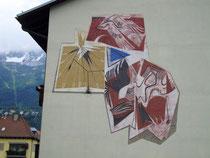 Vertikalsonnenuhr im Wandgemälde von akad. Maler August Stimpfl (1924 Imst - 2010 ebda.) an der Wohnhausanlage Mitterhoferstraße 11 in Pradl, Stadtgemeinde Innsbruck. Digitalphoto; © Johann G. Mairhofer 2013.  Inv.-Nr. 1DSC07070