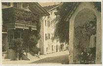 Alte Schule (Bildmitte) von Zell am Ziller, Bezirk Schwaz, Tirol. Gelatinesilberabzug 9 x 14 cm; ohne Impressum um 1925.  Inv.-Nr.  vu914gs00791