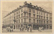 """Hotel """"Mayerhoffer und Akademikerhaus"""" -Café Restaurant (heute: Zentrale der Tiroler Versicherung), Wilhelm-Greil-Straße (vorm. Karlstraße), Innsbruck. Heliogravüre 9 x 14 cm; Impressum: Fritz Gratl, Innsbruck um 1914.  Inv.-Nr. vu914hg00002"""