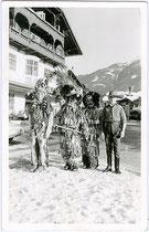 Igler Kinder als Huttler (Mitte), Cowboy und Indianer. Gelatinesilberabzug 9x14cm; Impressum: Foto Garstenauer, Igls um 1955.  Inv.-Nr. vu914gs00218