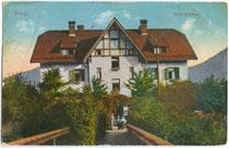 """m Heimatstil erbautes Hotel """"Bahnhof"""" (seit Erweiterung Gasthof Hotel """"Linde"""") vis à vis von Bahnhofsrestauration und Bahnstation (beide 1944 zerbombt) in Wörgl. Photochromdruck 9 x 14 cm; Purger & Co., München um 1910.  Inv.-Nr. vu914pcd00125"""