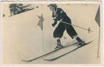 """Zeitgenössische Skisportkleidung: """"1. im Slalom in Kühtai von Skischule Kühtai - Rosmarie Proxauf, Innsbruck, Falkstraße 9"""". Gelatinesilberabzug 9 x 14 cm ohne Impressum (wohl Amateuraufnahme), um 1930.  Inv.-Nr. vu914gs00235"""