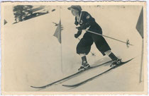 """""""1. im Slalom in Kühtai von Skischule Kühtai - Rosmarie Proxauf, Innsbruck, Falkstraße 9"""" (Rückseitig handschriftlich bezeichnet). Gelatinesilberabzug 9 x 14 cm ohne Impressum (wohl Amateuraufnahme), um 1930.  Inv.-Nr. vu914gs00235"""