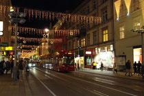 Weihnachtsbeleuchtung in der Museumstraße in Innsbruck vom Burggraben aus in Richtung Kreuzung mit der Meinhardstraße (rechts: Wagner'sche Universitätsbuchhandlung). Digitalphoto; © Johann G. Mairhofer 2010.  Inv.-Nr. 1DSC00149