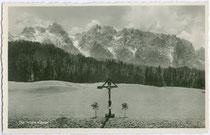 """Kaisergebirge vom Gasthaus """"Lederer"""" in Ebbs, Bezirk Kufstein, Tirol aus. Gelatinesilberabzug 9 x 14 cm; Impressum: Foto Steuhl, Obermenzing/München, postalisch gelaufen 1932.  Inv.-Nr. vu914gs00743"""