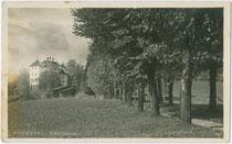 Allee zum Schloss Lebenberg in Kitzbühel. Gelatinesilberabzug 9 x 14 cm; Impressum: Alpiner Kunstverlag Wilhelm Stempfle, Innsbruck; postalisch gelaufen 1932.  Inv.-Nr. vu914gs00517