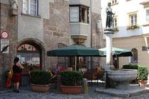 """Café """"Birgit"""" beim Sigmundbrunnen, Schmiedgasse 2 in der Altstadt von Hall in Tirol, Bezirk Innsbruck-Land. Digitalphoto; © Johann G. Mairhofer 2013.  Inv.-Nr. 1DSC07316"""