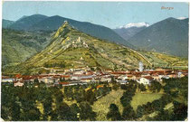 Panorama von Borgo Valsugana mit Castel Telvana von Süden. Photochromdruck 9 x 14 cm; Impressum: Kapper, Trento / A. Lenzi, Borgo um 1910. Inv.-Nr. vu914pcd00235