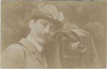 Wohl Berufsphotograph mit großformatiger Plattenkamera. Gelatinesilberabzug 9 x 14 cm ohne Impressum, wohl um 1910.  Inv.-Nr. vu914gs00077