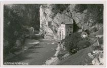 Ehemalige Tirolisch landesfürstl. Grenz- und Zollburg Alt-Finstermünz mit Brückenturm (li.), Klausenturm (re.) und Burg SIGMUNDSEGG (Mitte) am Inn. Gelatinesilberabzug 9x14cm; Much Heiss' Alpiner Ansichtskartenverlag, Innsbruck um 1935.  Inv.-Nr. vu914gs0