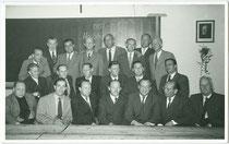 Treffen ehem. Schülern des Maturajahrgangs 1931 in einem Klassenzimmer der HTL in Innsbruck, Innere Stadt, Anichstraße 22. Gelatinesilberabzug 9 x 14 cm; ohne Impressum 1956.  Inv.-Nr. vu914gs00809
