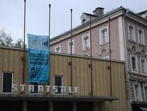 """Eingangsbereich der Innsbrucker """"Stadtsäle"""" (2015 geschleift), Universitätsstraße 1, rechts angrenzend das Palais Wolkenstein. Digitalphoto; © Johann G. Mairhofer 2012.  Inv.-Nr. 1DSC03305"""
