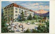 """Hotel """"Luna - Mondschein"""" in Bozen, Piavestraße 15 im ehemaligen Viertel Zollstange von Zwölfmalgreien (1911 nach Bozen eingemeindet). Farbautotypie 9,5 x 11 cm ohne Künstlersignatur; im Eigenverlag um 1930.  Inv.-Nr. vu105fat00026"""