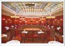 Gastraum des ehem. Café Schindler (am 4.6.1938 von Ariseur und Kriegsschieber Franz Hiebl übernommen worden) in Innsbruck, Maria-Theresien-Straße 29. Farbautotypie 10 x 15 cm; Impressum: Verlag Preiss & Co., München 1940.  vu105fat00018