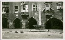Trautsonhaus mit Hausbrunnen in der Altstadt von Innsbruck, Herzog-Friedrich-Straße 22. Gelatinesilberabzug 9 x 14 cm; Impressum: Ad(olf). Künz, Anichstr. 32, Innsbruck um 1930.  Inv.-Nr. vu914gs00464