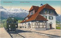 Personenzug mit E-Lok kkStB 1060 der Karwendelbahn im Bahnhof Hötting, Sebastian-Kneipp-Weg 23 auf Kursfahrt zur Endstation Innsbruck Westbf. Photochromdruck 9 x 14 cm; Impressum: W. Stempfle, Innsbruck 1914.  Inv.-Nr.vu914pcd00390