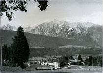 Burgruine Neu-Rettenberg in Kolsassberg gegen Karwendel von Südosten. Gelatinesilberabzug 10 x 15 cm ohne Impressum um 1960. Inv.-Nr. vu105gs00042