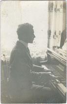 Klavier spielen als Fundament bürgerlicher Salon- und Hausmusik. Gelatinesilberabzug 9 x 14 cm ohne Impressum (wohl Amateuraufnahme), um 1920.  Inv.-Nr. vu914gs00841