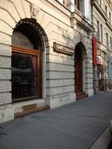 """Café """"Toskana"""" in Innsbruck, Innere Stadt, Adolf-Pichler-Platz 10. © Johann G. Mairhofer 2010.  Inv.-Nr. 1DSC03399"""