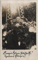 """Aufbahrung des sozialdemokratischen Landtagsabgeordneten Johann Filzer vulgo """"Bauernphilosoph"""" (1859-1930). Gelatinesilberabzug 9 x 14 cm; Impressum: Mairinger, Kitzbühel 1930.  Inv.-Nr. vu914gs00288"""