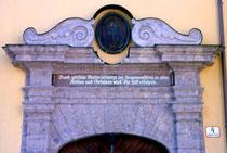 Aufsatz vom Hauptportal des Ansitz Augenweydstein, erbaut von den Grafen Lodron. Farbdiapositiv 24 x 36 mm; © Johann G. Mairhofer 1998.  Inv.-Nr. dc135fuRA679.1_13
