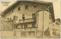 """Ehemaliger Gasthof SCHWARZER ADLER (""""Rammingerhaus"""") in Jenbach, Achenseestraße 34. Lichtdruck 9 x 14 cm; Impressum: Verlag Georg Ramminger, Jenbach; postalisch gelaufen 1916.  Inv.-Nr. vu914ld00223"""