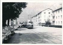 Einer von sieben sechsachsigen Gelenktriebwagen (Nr. 71 - 77) von Lohner, Wien der Innsbrucker Verkehrsbetriebe bedient Hst. Philippine-Welser-Straße der Linie 3 in Amras. Gelatinesilberabzug 9 x 14 cm, wohl Amateuraufnahme um 1975.  Inv.-Nr. vu914gs01234
