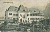 Städtisches Krankenhaus der Bezirkshauptstadt Kufstein mit Außenanlage in der Krankenhausgasse Nr. 2. Lichtdruck 9 x 14 cm ohne Impressum, postalisch befördert 1911.  Inv.-Nr. vu914ld00197