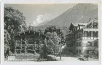 """Pension (links) und Gasthaus (rechts) """"Brauhaus"""" in Jenbach, Bezirk Schwaz, Tirol. Gelatinesilberabzug 9 x 14 cm ohne Impressum; postalisch befördert 1938.  Inv.-Nr. vu914gs00034"""