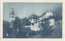 Adeliges Damenstift in Hall und Turm der Herz-Jesu-Basilika von der Salzburger Straße (heute Landesstraße B171) aus. Rastertiefdruck 9 x 14 cm; Impressum: Verlag G. Moser, Hall um 1920.  Inv.-Nr. vu914rtd00021