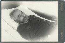 Aufbahrungsbild eines Armeeoffiziers. Gelatinesilberabzug auf Untersatzkarton 11 x 16,5 cm (Cabinetformat); Impressum: J(osef). March, Kreuzgasse 130, Brixen um 1900.  Inv.-Nr. vuCAB-00015
